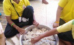 กิจกรรมการแปรรูปอาหาร โดยมีการทำปลาส้ม และ ปลาร้าสมุนไพร