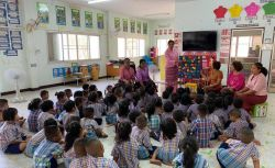 สอนเด็กนักเรียนการเรียนรู้ภาษา วัฒนธรรมของอาเซียน